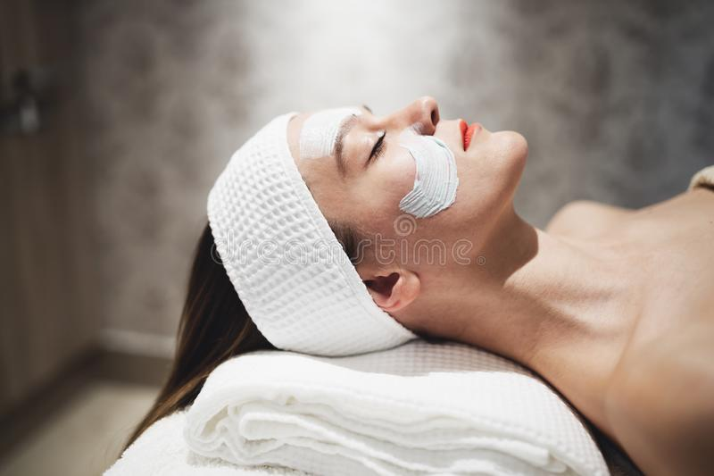 Massagista que aplica a máscara protetora foto de stock royalty free
