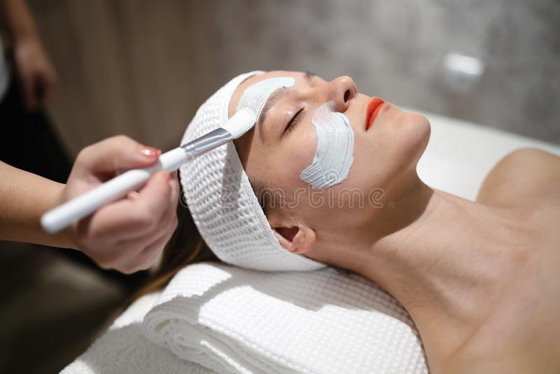 Massagista que aplica a máscara protetora fotografia de stock royalty free