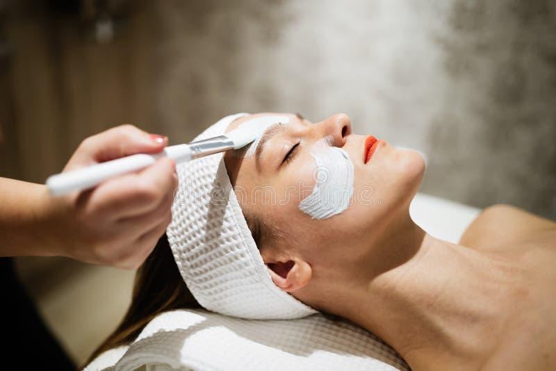 Massagista que aplica a máscara protetora imagens de stock royalty free