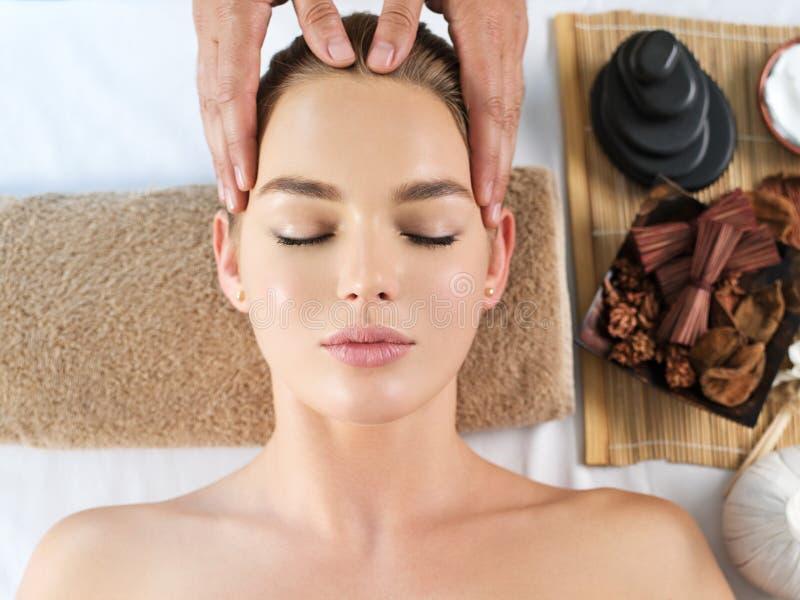 Massagista que faz a massagem a cabeça fotografia de stock royalty free