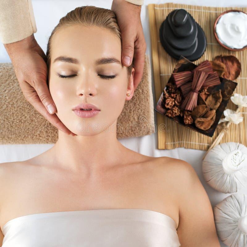 Massagista que faz a massagem haed Retrato do close up fotos de stock royalty free