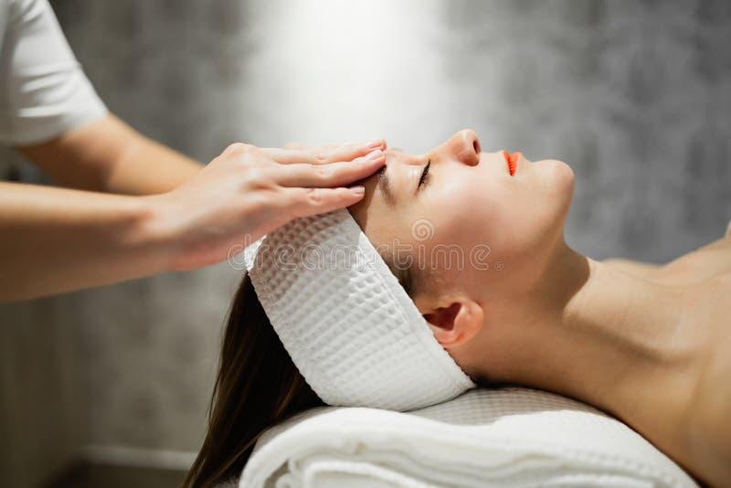 Massagista que faz massagens a fêmea que está relaxando fotografia de stock royalty free