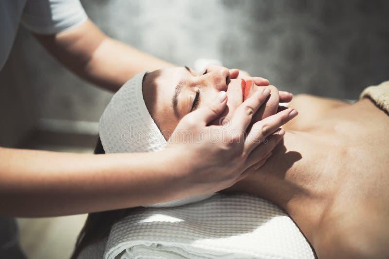 Massagista que faz massagens a fêmea que está relaxando fotografia de stock