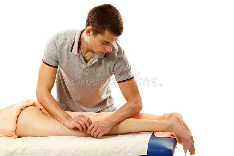 Massagista que faz massagens jovens da jovem mulher imagem de stock