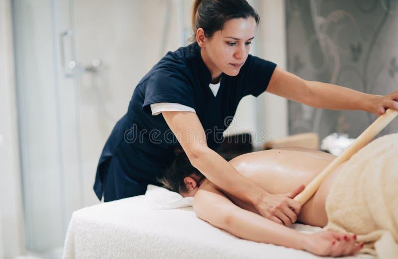 Massagista que faz massagens o massagista no recurso do bem-estar fotos de stock
