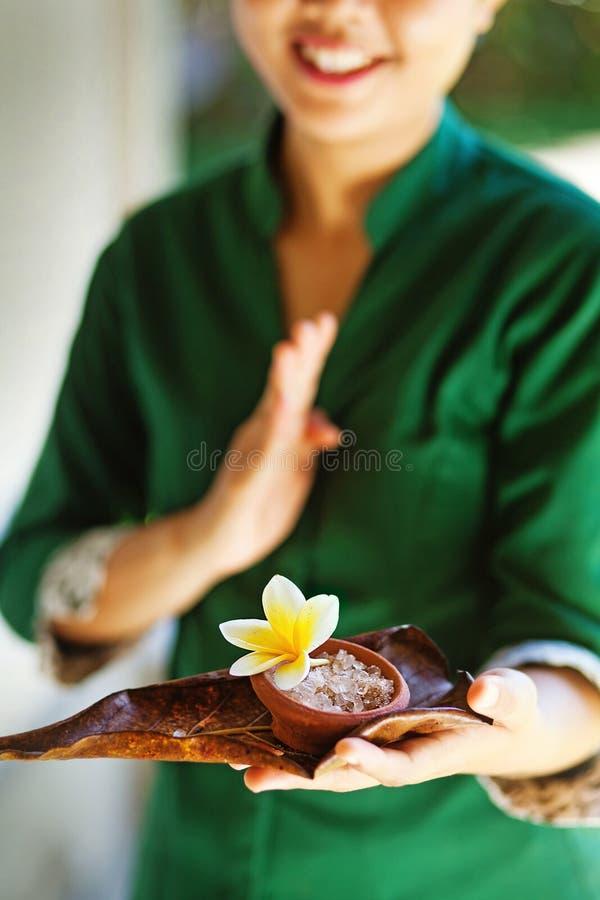 Massagista que guarda ingredientes dos termas imagens de stock royalty free