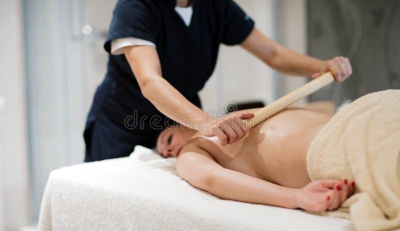 Massagista que trata o paciente com a massagem terapêutica imagens de stock royalty free
