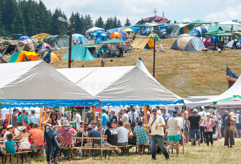 Massalunch bij het festival Rozhen in Bulgarije stock afbeelding