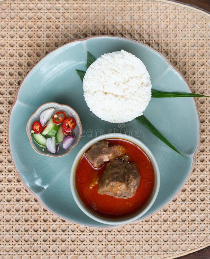 Massaman-Rindfleisch mit Jasminreis stockfoto