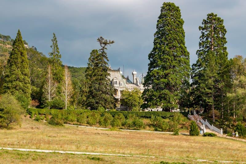 Massandra Krim - Oktober 2014: Massandra slott och att parkera komplexet royaltyfria foton