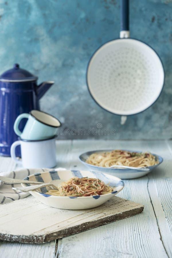 Massas alimentícias de esparguete sobre uma mesa de madeira imagem de stock royalty free