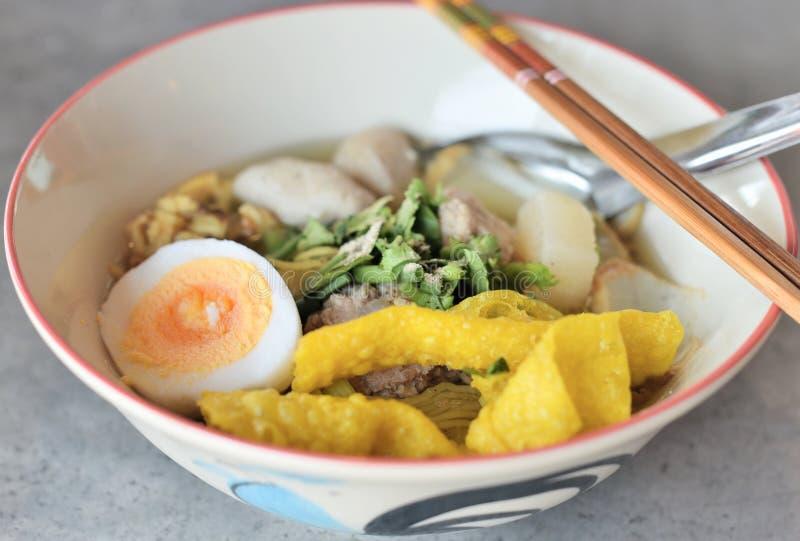 Massas asiáticas com gema de ovo fotografia de stock