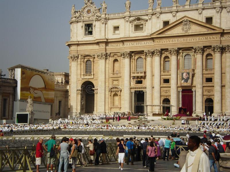 Massdag i fyrkanten för St Peter ` s, Rome, Italien arkivfoto