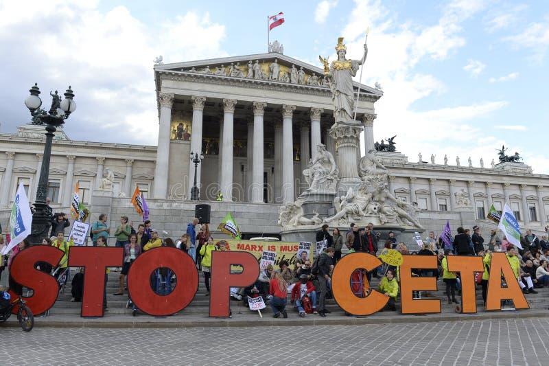 Massdemonstration mot CETA och TTIP i Wien arkivfoton