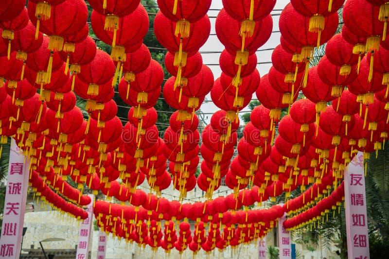Masse der kugelförmigen Form der roten Laternen, die über dem Durchgang Singapur hängt lizenzfreie stockbilder