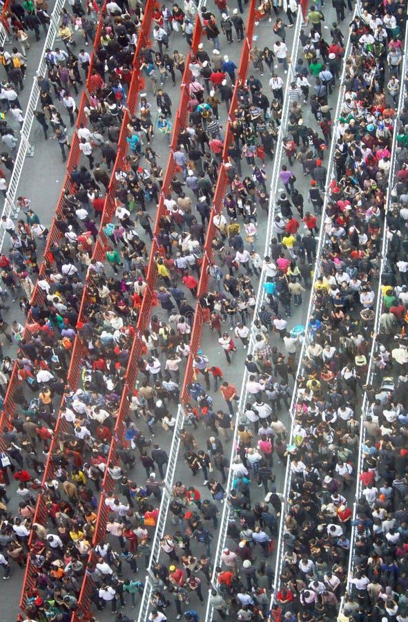 Masse der Leute in einer langen Warteschlange lizenzfreie stockfotos