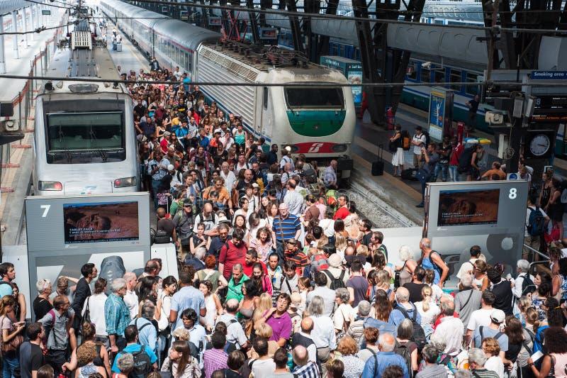 Masse an der Station lizenzfreie stockbilder