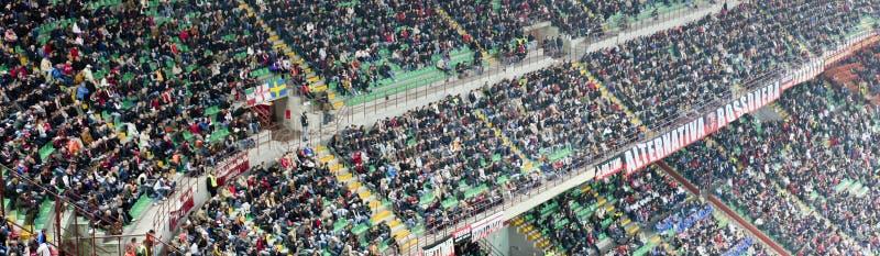 Masse am Stadion stockbild
