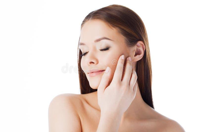 Masseer uw gezicht De room en het serum van het gebruiksgezicht Portret van jonge mooie die vrouw op wit wordt geïsoleerd royalty-vrije stock foto's