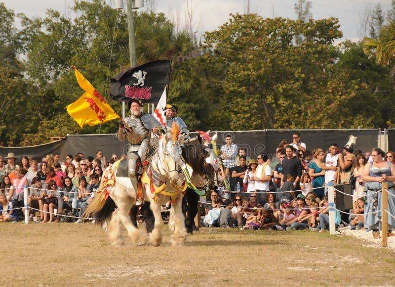 Massen grüßen Ritter beim jährlichen Renaissan lizenzfreies stockfoto