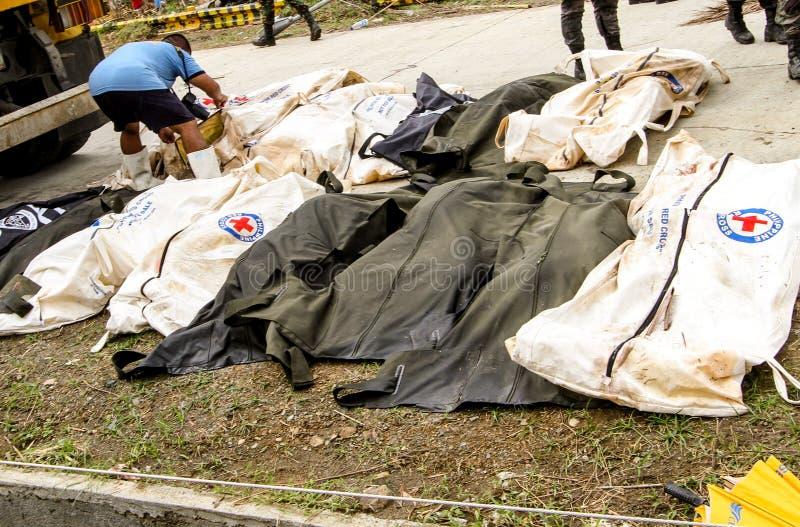 Massengrab für Opfer des Taifuns Haiyan in Philippinen stockfotos