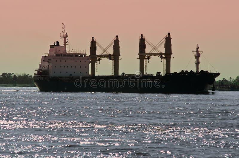 Massengutfrachter-Frachtschiff auf Fluss Mississipi lizenzfreie stockfotografie