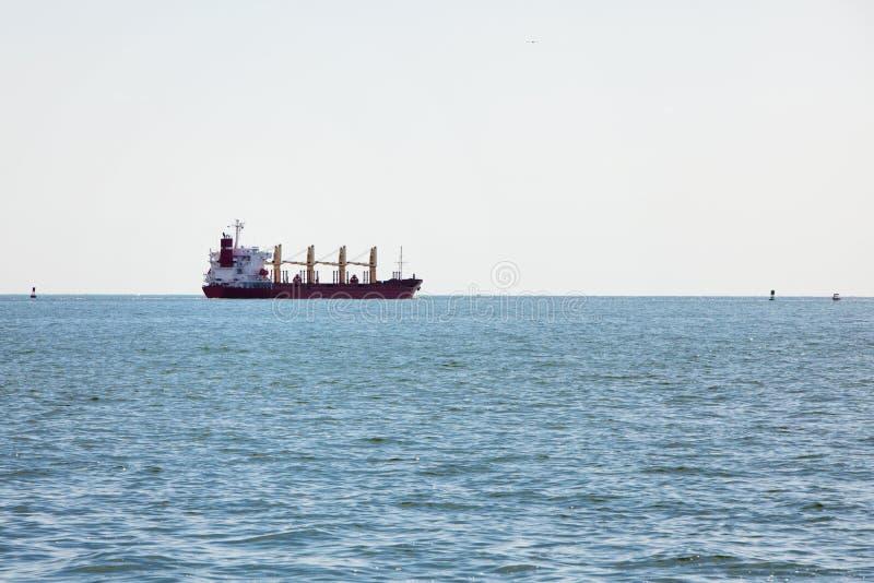 Massengutfrachterladungboot im Schacht lizenzfreie stockfotografie