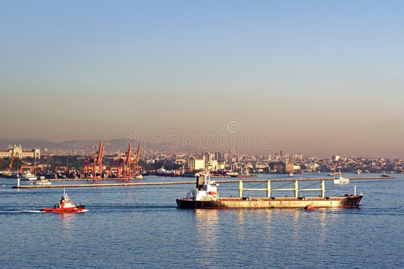 Massengutfrachterlieferung auf Bosporus lizenzfreie stockfotografie