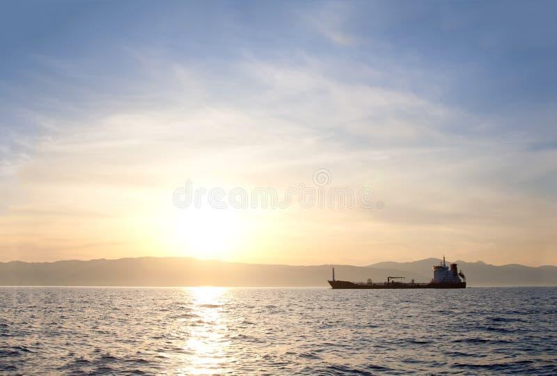 Massengutfrachterlieferung am Sonnenuntergang stockfotos