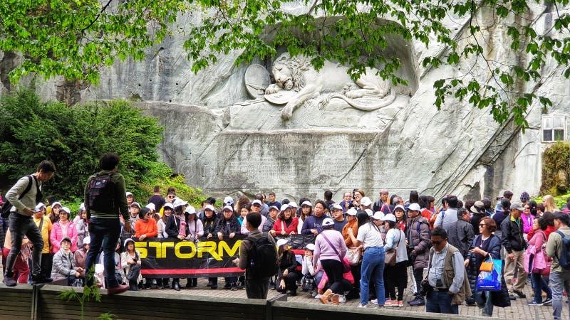 Massentouristen, die ein Gruppenphoto vor Löwemonument, Luzerne die Schweiz machen lizenzfreies stockbild