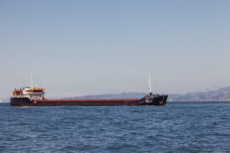 Massentransportmittelschiff im Meer lizenzfreie stockfotografie