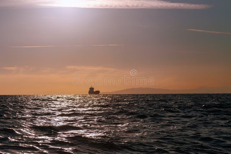 Massentransportmittelschiffssegeln im Meer stockbild