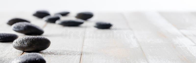 Massera svarta kiselstenar för andlighet, ayurveda, skönhetbrunnsort eller yoga royaltyfri foto