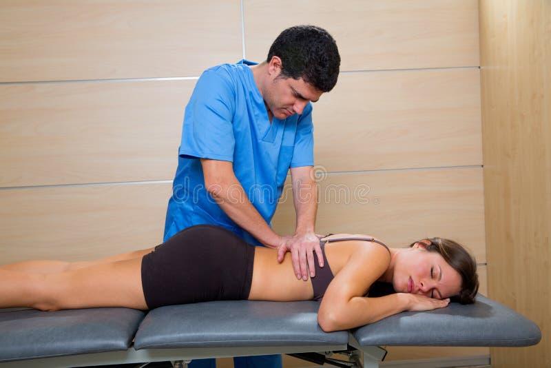 Massera terapi av physiotherapisten på kvinnabaksida arkivbild