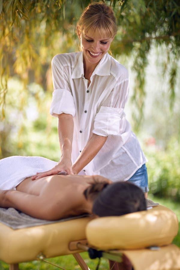 Massera terapi, sjukvårdbegreppet, kvinnlign som ligger på massagesäng royaltyfria bilder