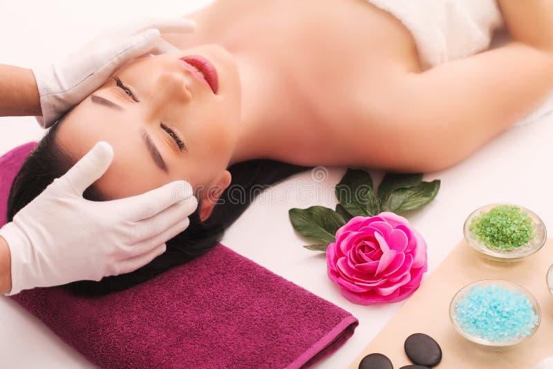 Masseur делая массаж на теле женщины в салоне спы Принципиальная схема обработки красотки стоковое изображение