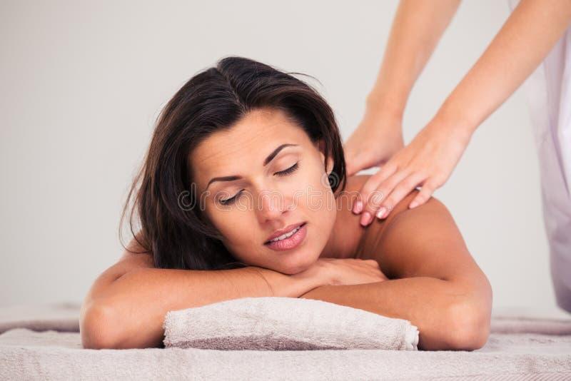 Masseur делая массаж на женщине стоковая фотография