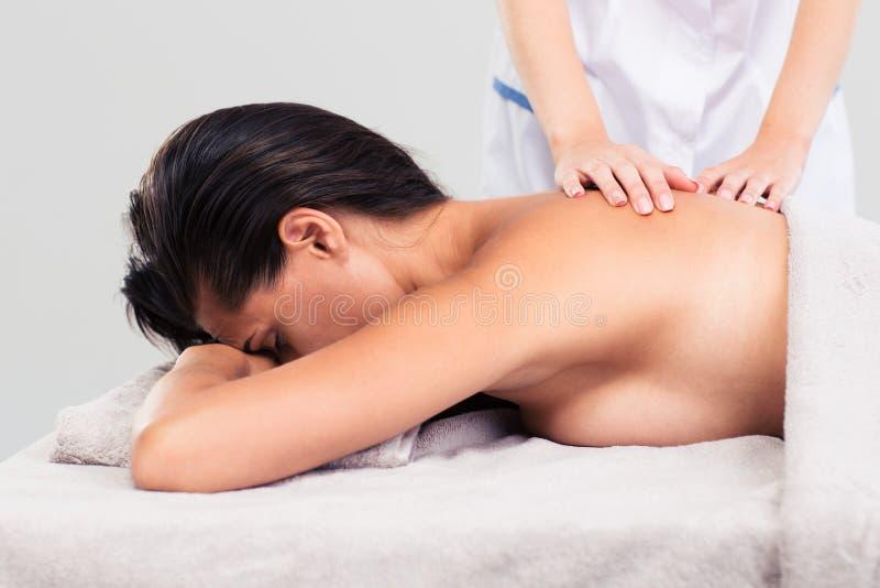 Masseur делая массаж на теле женщины стоковая фотография rf