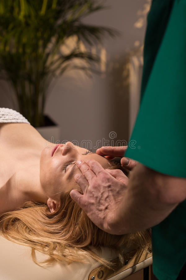 Masseur che fa massaggio capo fotografia stock libera da diritti