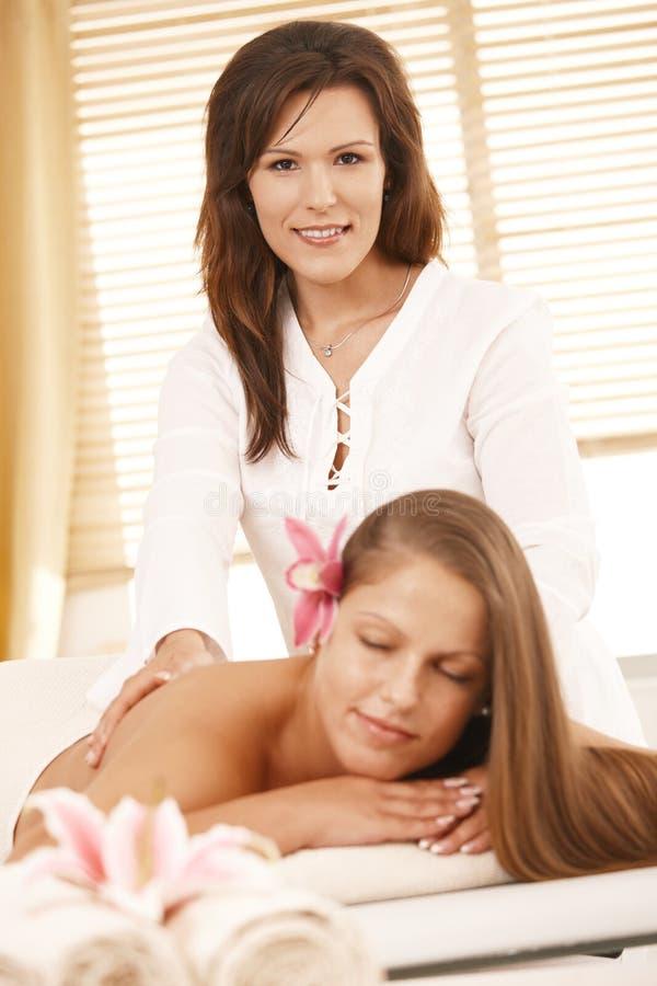 Masseur che fa massaggio posteriore fotografia stock libera da diritti