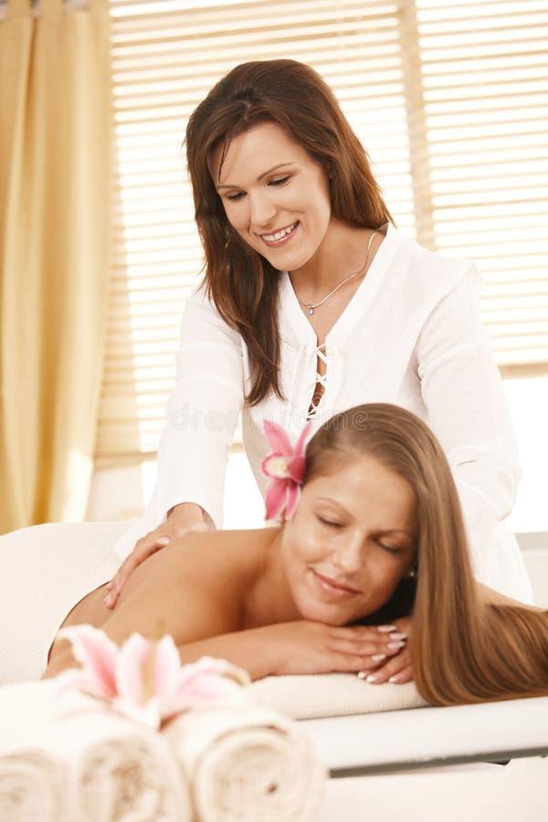 Masseur che fa massaggio posteriore immagini stock libere da diritti