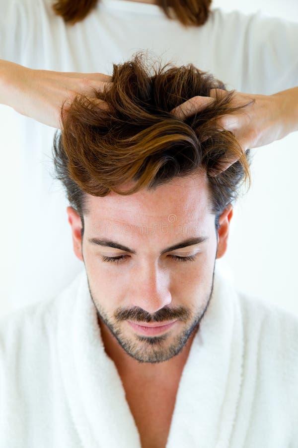 Masseur che fa massaggio sul corpo dell'uomo nel salone della stazione termale fotografia stock libera da diritti