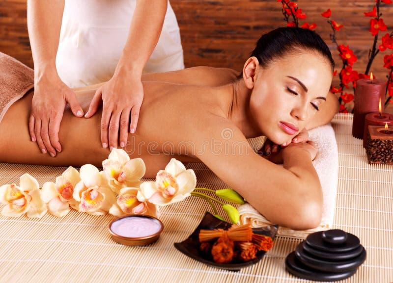 Masseur, der Massage auf Frauenkörper im Badekurortsalon tut lizenzfreie stockfotos