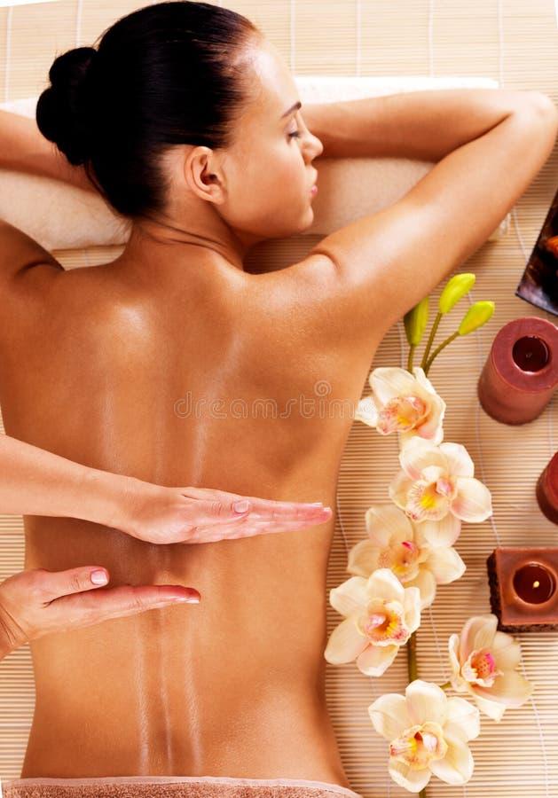 Masseur, der Massage auf Frauenrückseite im Badekurortsalon tut stockfotografie