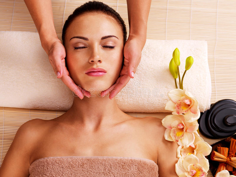 Masseur die massage doen het hoofd van een vrouw in kuuroordsalon stock foto's