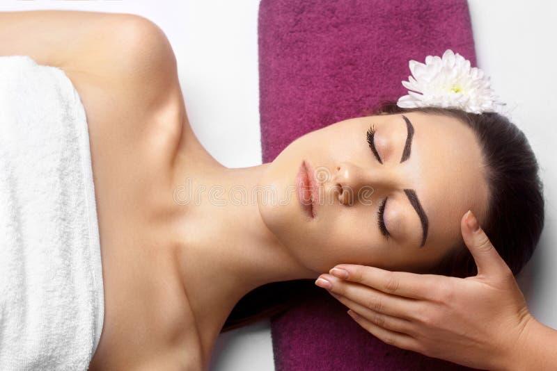 Masseur die Massage doen het Hoofd van Vrouw in de Kuuroordsalon Gezichtsbehandeling De kosmetiek, lichaamsverzorging royalty-vrije stock fotografie