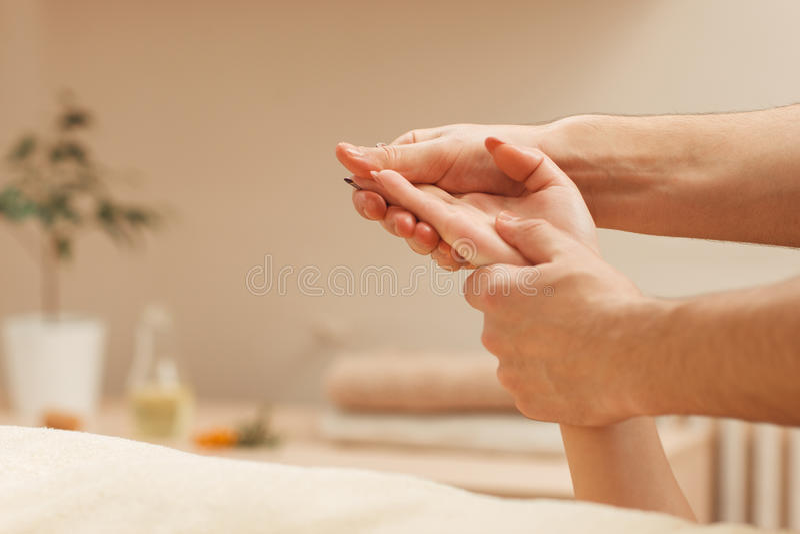 Masseur die vrouwelijke palm vrije ruimte masseren stock fotografie