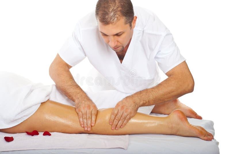 Masseur donnant l'anti massage de patte de cellulites photos stock
