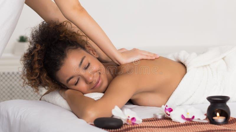 Masseur faisant de retour le massage dans le salon de station thermale photo libre de droits