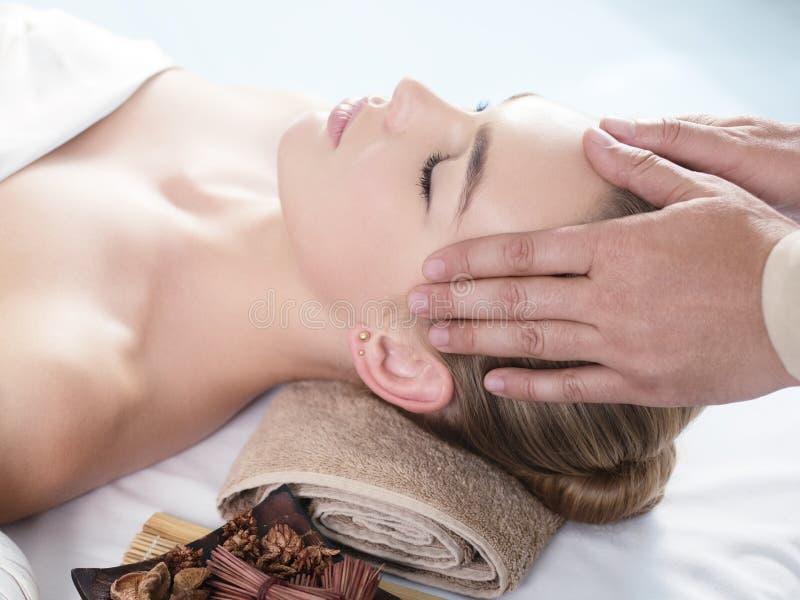 Masseur het doen haed massage perfecte gezichtshuid stock foto's